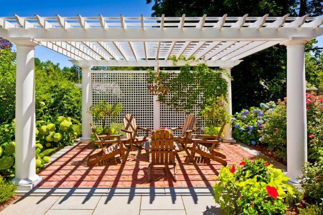 Patio de jardin avec auvent barré