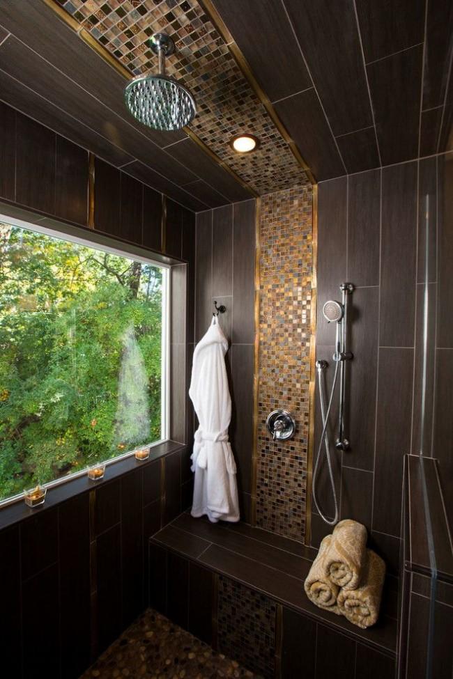 Carrelage marron foncé avec une texture rappelant le papier de bambou combiné à de la mosaïque dorée dans la salle de douche