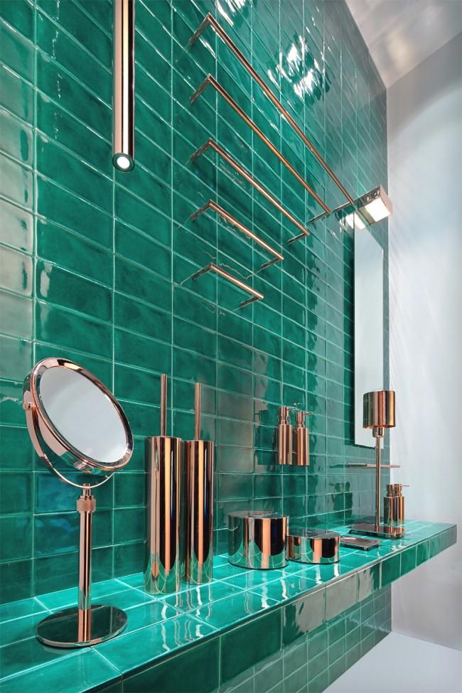 Superbe combinaison de carreaux de couleur émeraude avec des accessoires en cuivre