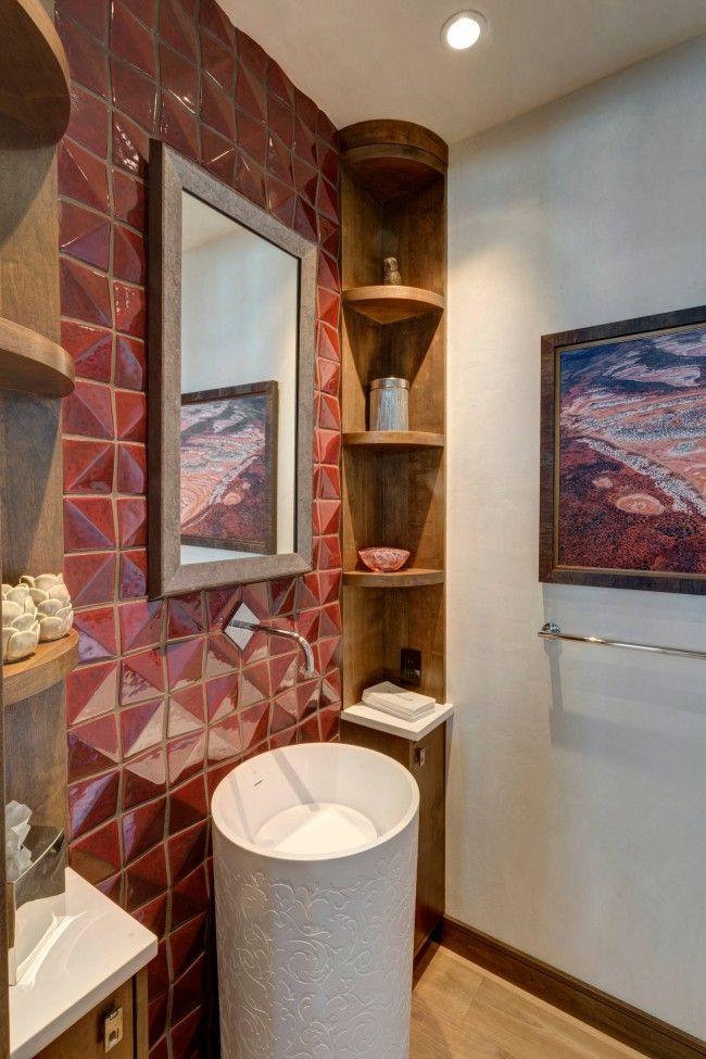 Carrelage rouge brillant en relief, choisi pour décorer l'un des murs de la salle de bain