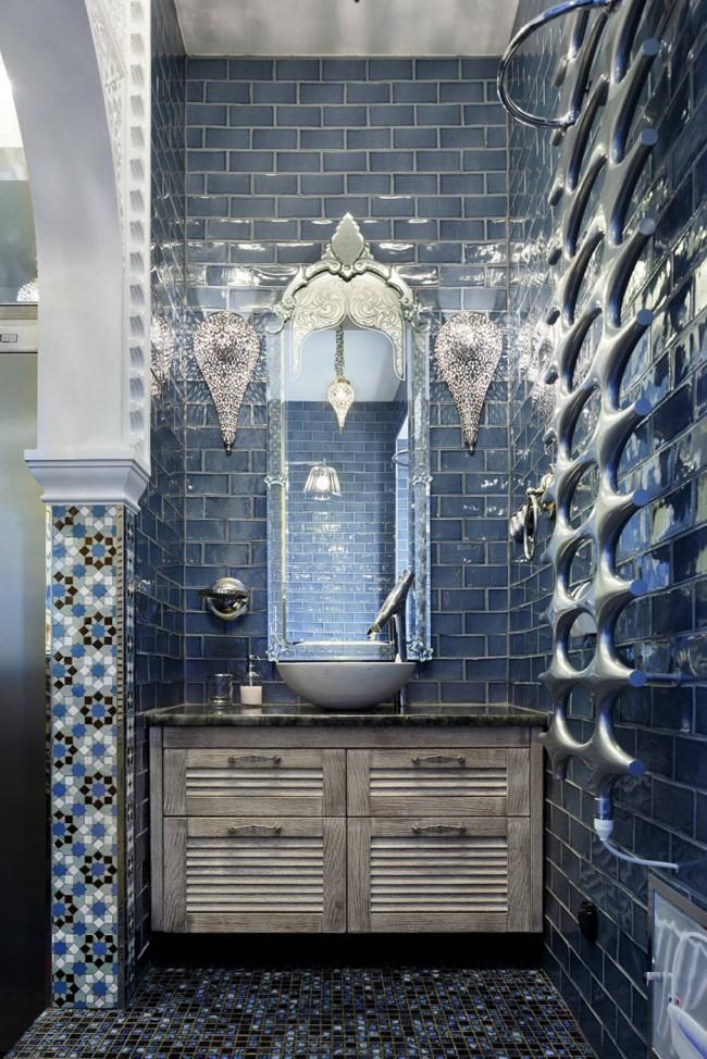 Ambiance surréaliste dans une salle de bain bleu électrique éclectique