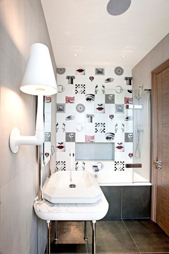 Carrelage du designer Piero Fornasetti dans une petite salle de bain