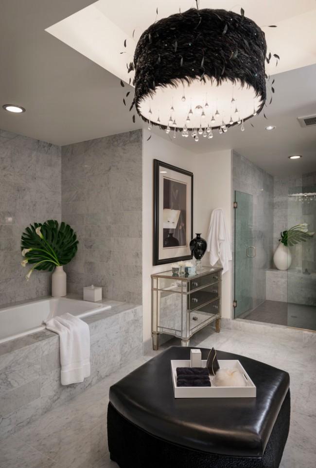 Murs de marbre et accents inattendus sous la forme d'un pouf noir avec un siège en cuir et des lustres en plumes