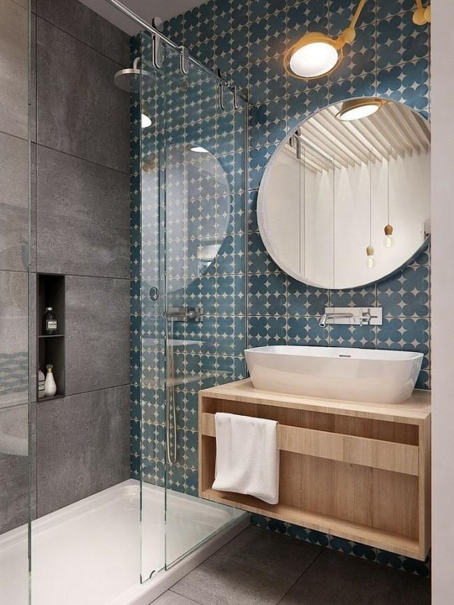 Combiner deux types de carrelage dans une petite salle de bain avec douche au lieu d'une baignoire