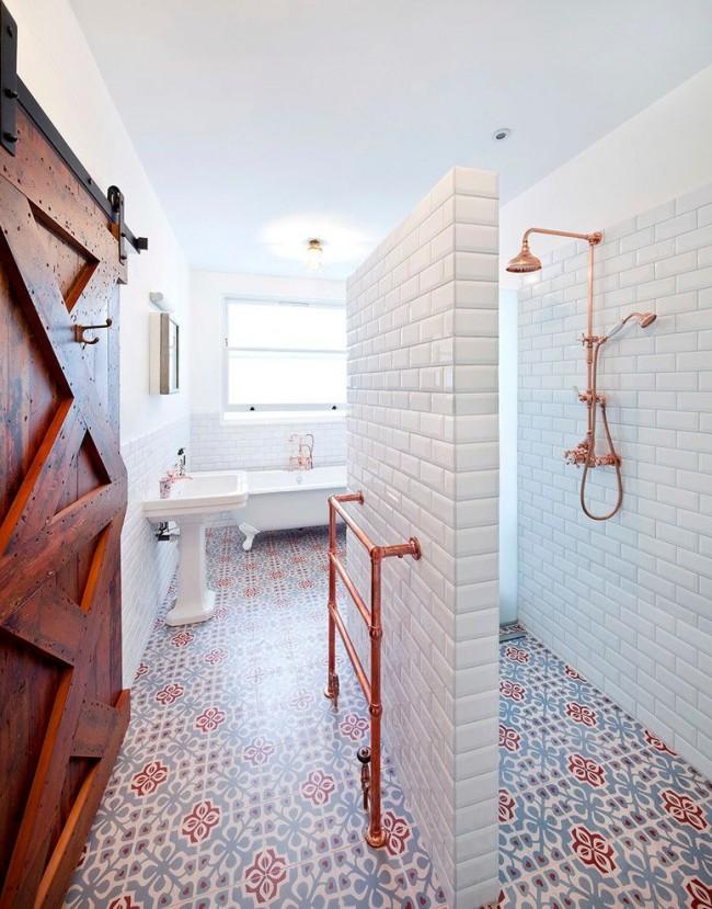 Carreaux blancs brillants sur les murs et carreaux de couleur mate au sol dans une salle de bain éclectique inhabituellement planifiée