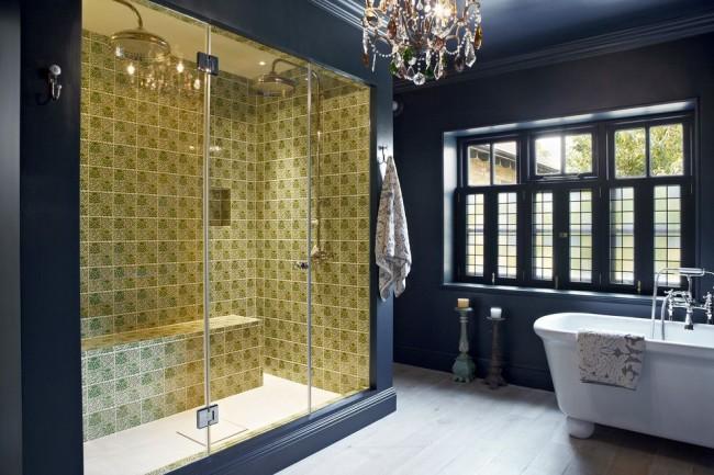 Décorer la zone de douche avec des carreaux clairs dans une salle de bain éclectique spacieuse