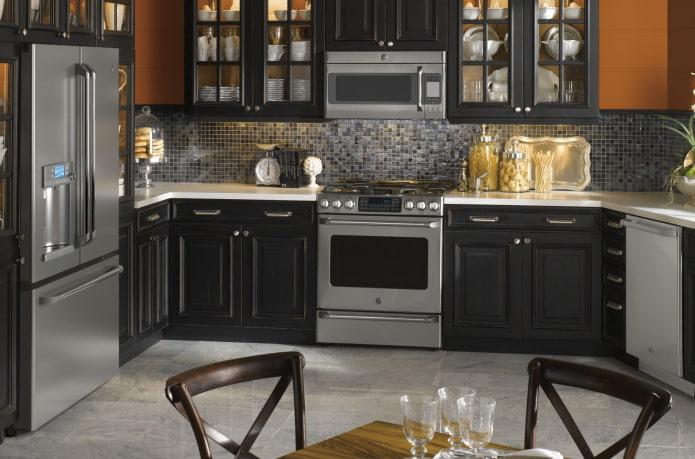 appareils électroménagers à l'intérieur de la cuisine aux couleurs noires