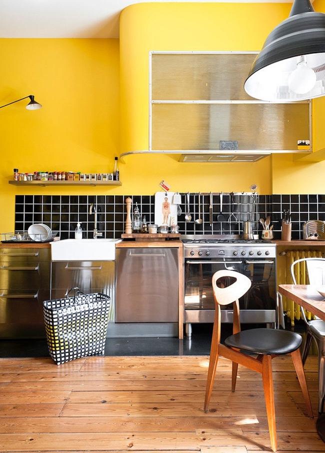 Tablier de cuisine noir dans un intérieur lumineux