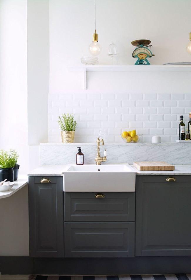 Carreaux monochromes brillants standard à l'intérieur de la cuisine