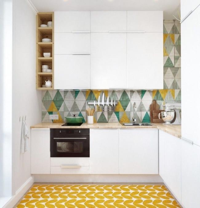 Motif géométrique coloré dans un intérieur minimaliste