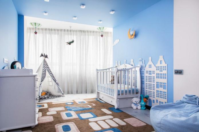 tissu stretch bleu dans la chambre de bébé