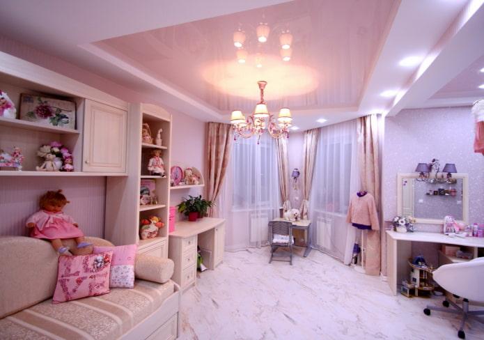 tissu extensible rose dans la chambre de bébé
