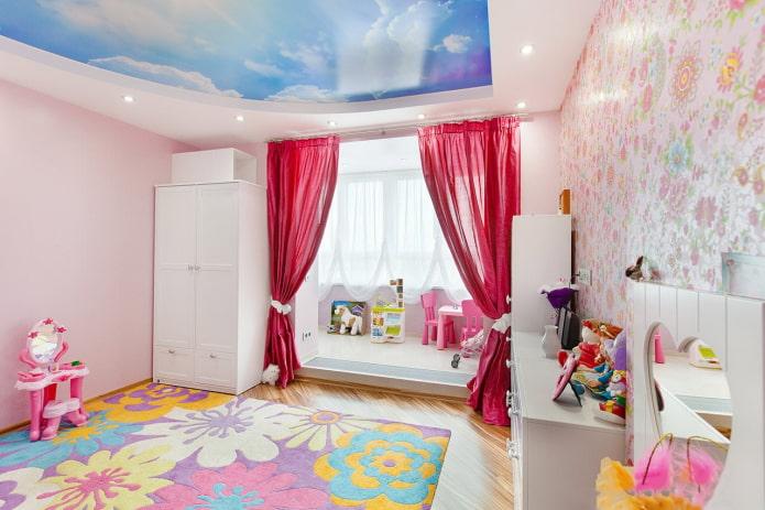ciel avec des nuages au plafond dans une chambre d'enfant