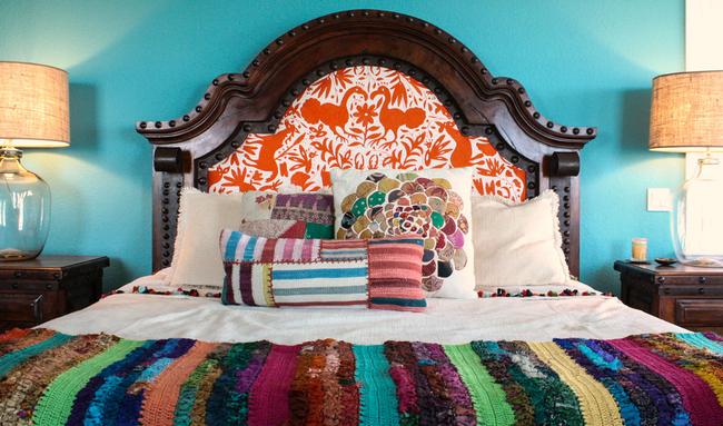 Des bandes étroites de tissu cousues le long, des bandes tricotées de différentes couleurs sont des caractéristiques reconnaissables du patchwork traditionnel d'Amérique du Sud