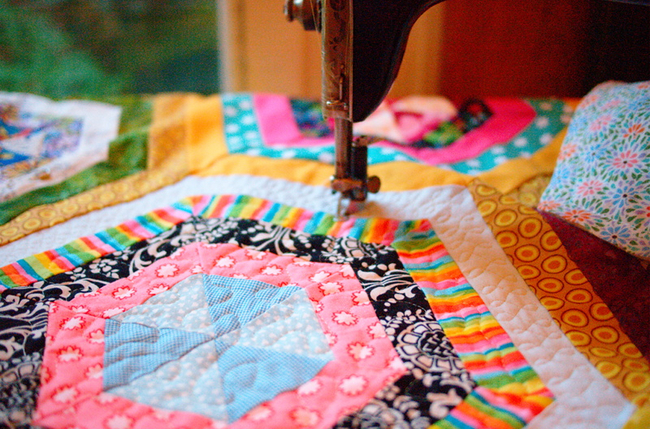 Autrefois, les courtepointes en patchwork étaient créées depuis très longtemps et à la main, pour les couturières modernes, le patchwork est devenu un passe-temps agréable et un moyen assez rapide de décorer votre maison.