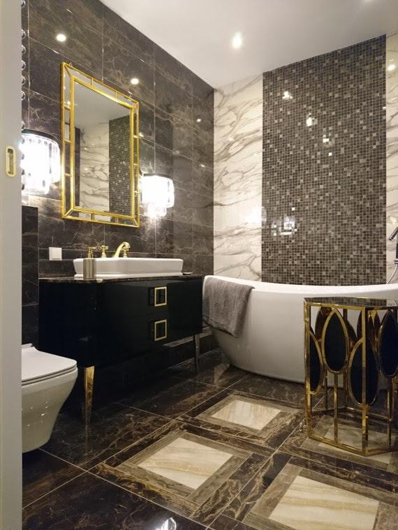 Carrelage effet pierre et mosaïques dans la salle de bain