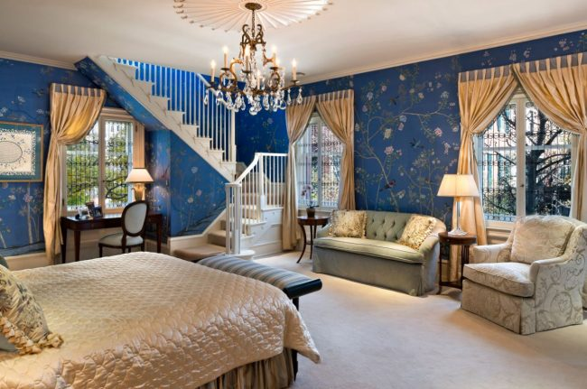 Papier peint bleu avec imprimé floral et rideaux dorés à l'intérieur