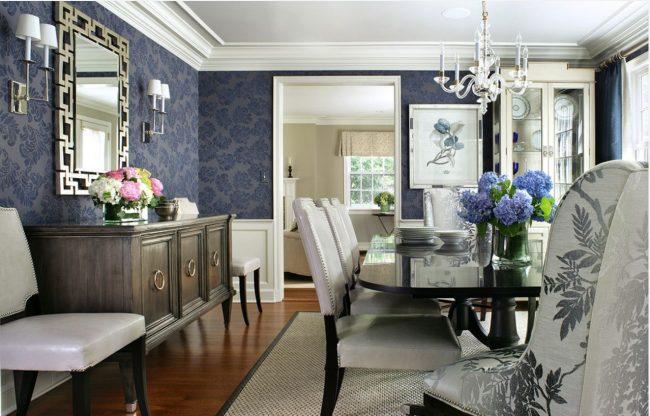 Salle à manger de style classique avec papier peint bleu foncé