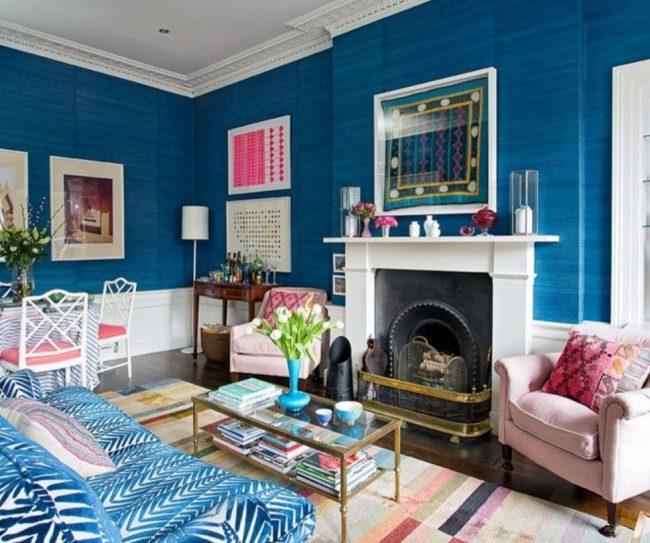 La couleur bleue du salon peut être diluée avec des nuances contrastées - rose, blanc et autres.