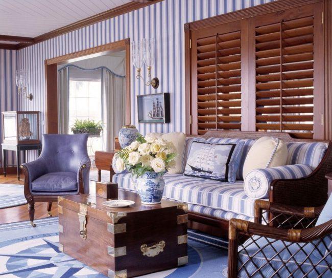 Combinaison intelligente de couleurs de papier peint et de meubles : papier peint à rayures bleues et revêtement de meubles
