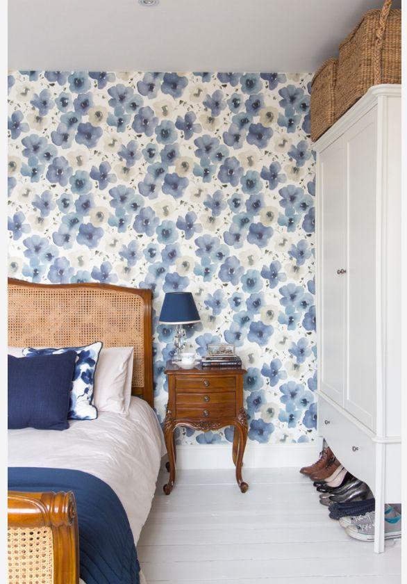 Un beau papier peint bleu avec des coquelicots s'intégrera bien dans l'intérieur avec style