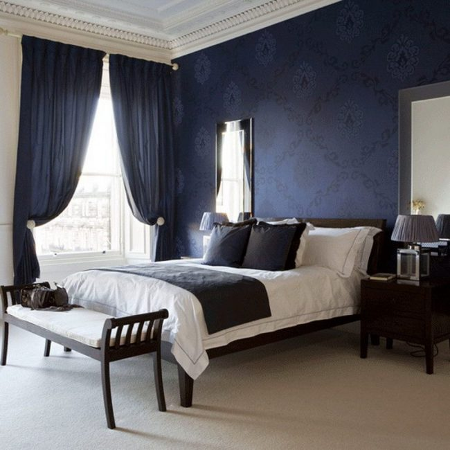 Papier peint bleu avec de gros caractères sombres dans un intérieur de chambre classique
