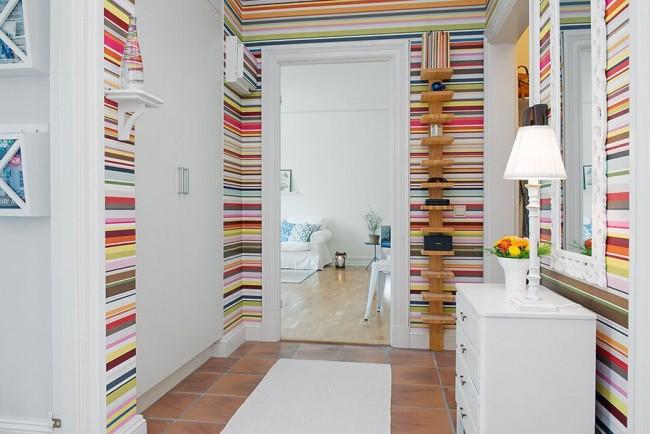 Les rayures lumineuses sur les murs ne donnent pas l'impression d'un couloir