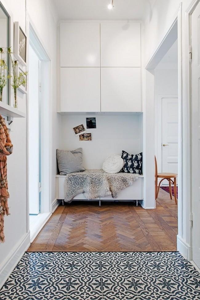 Hall d'entrée compact et confortable avec une armoire minimaliste et un canapé confortable