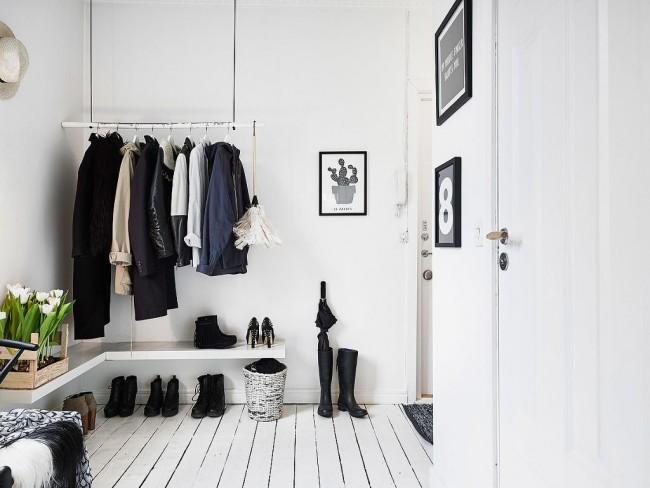 Un petit cintre et une étagère suffisent pour un petit couloir