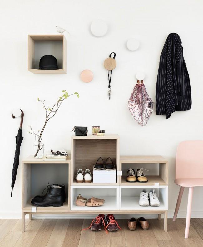Crochets intéressants pour les choses et une étagère légère aux couleurs pastel