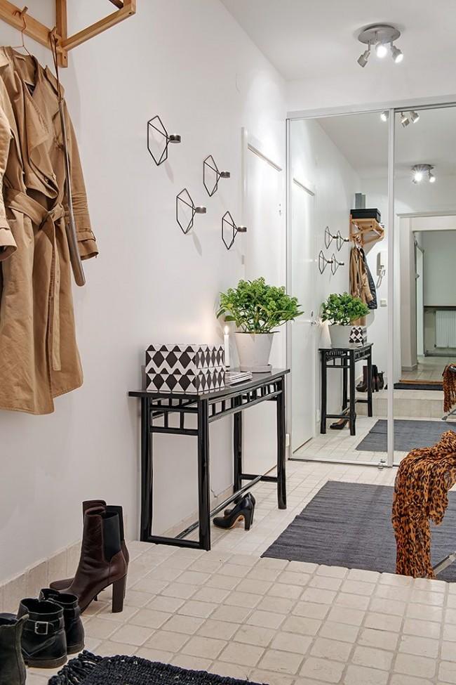 Une table d'appoint noire soignée est un bon ajout à votre couloir
