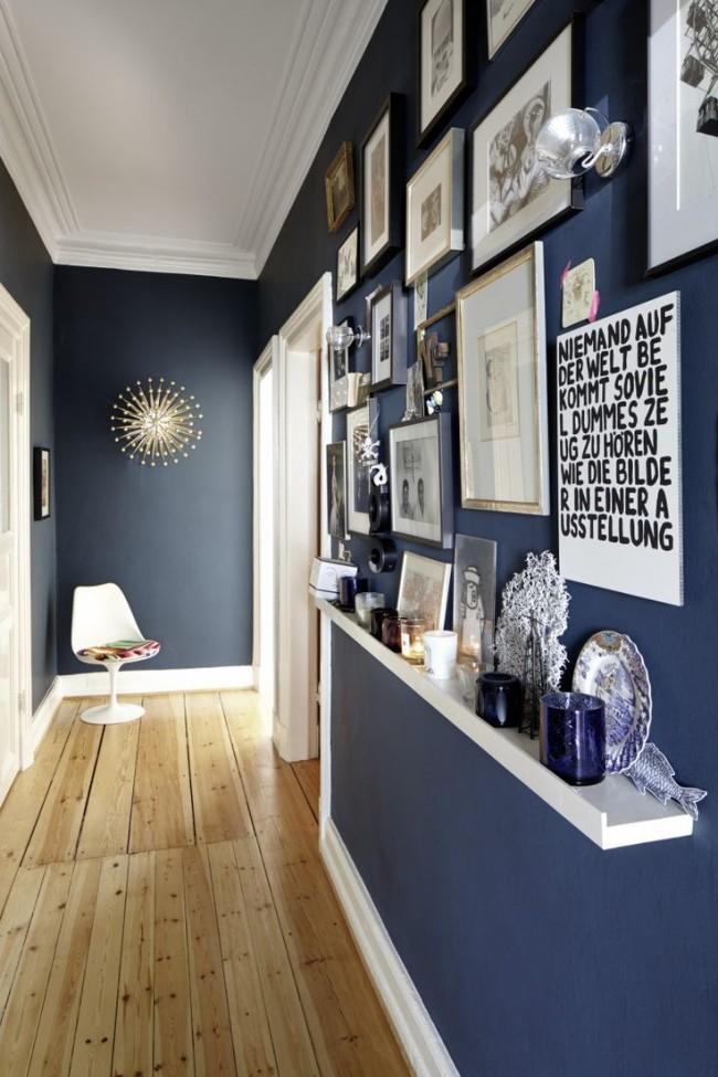 Le bleu profond sur les murs a fière allure avec un sol clair