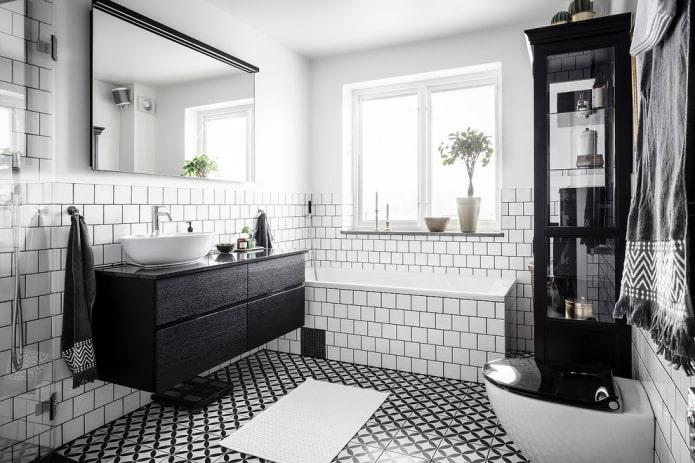 Meubles noirs à l'intérieur de la salle de bain