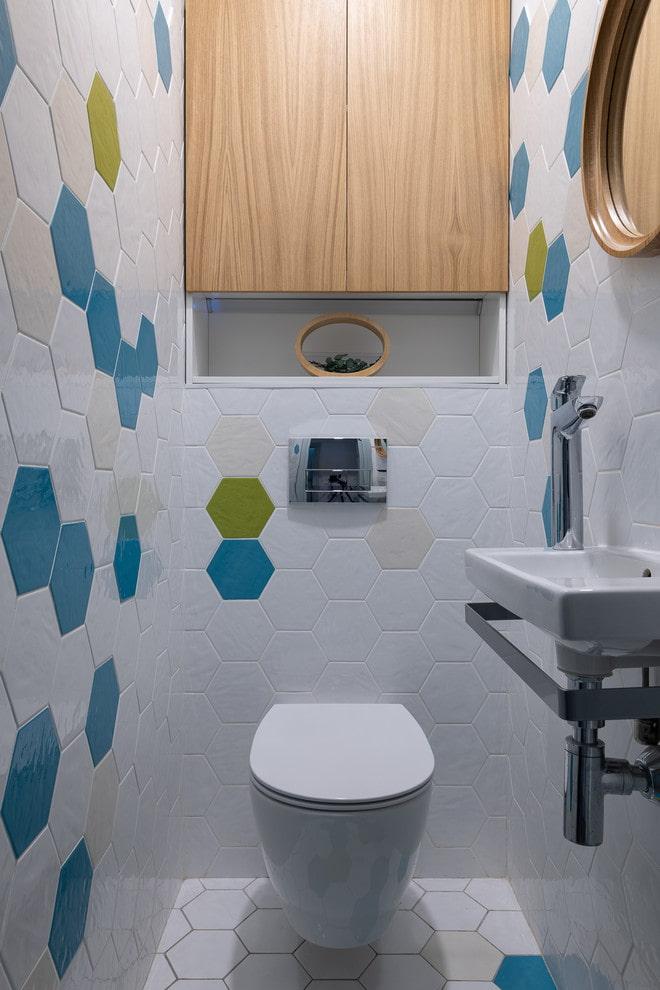 Salle de bain avec lavabo et armoire de plomberie