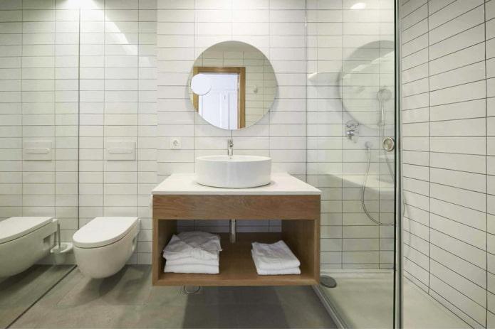 Salle de bain blanche avec douche et meuble suspendu