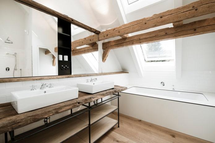 Planches d'imitation au sol, murs blancs, poutres