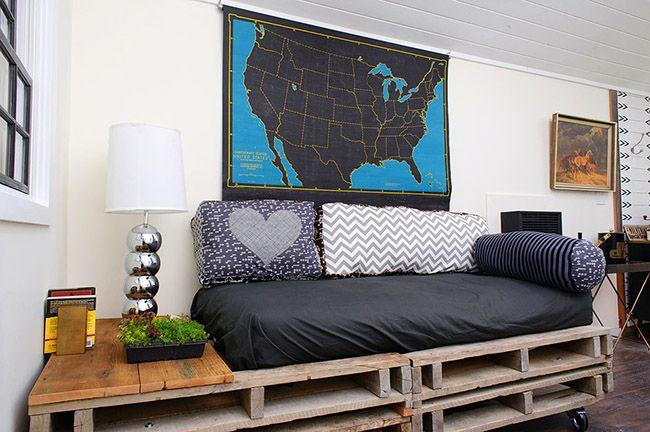 Sur un tel canapé fait de palettes, les invités seront très à l'aise pour s'asseoir
