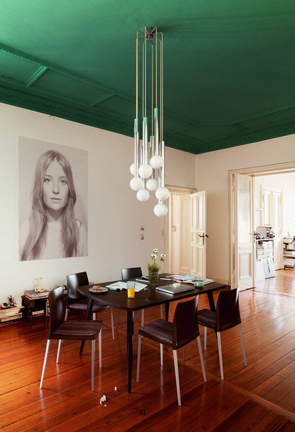 Combinaison intéressante de plafond vert avec des murs blancs et un parquet marron