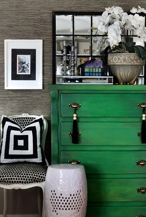 La combinaison de meubles verts et d'un intérieur gris est calme et belle