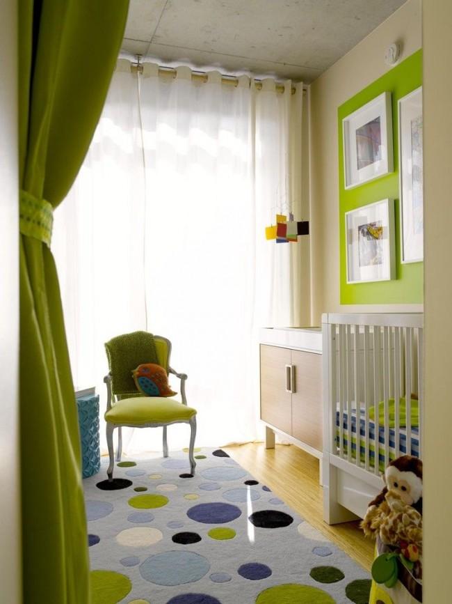 Éléments de mobilier et de décoration de couleur verte dans la chambre des enfants de couleur laiteuse