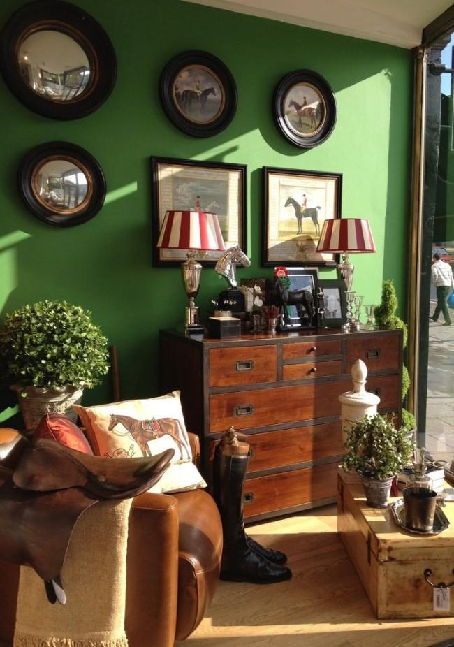 Les murs vert foncé et une commode en bois brun foncé ajoutent de l'aristocratie à l'intérieur