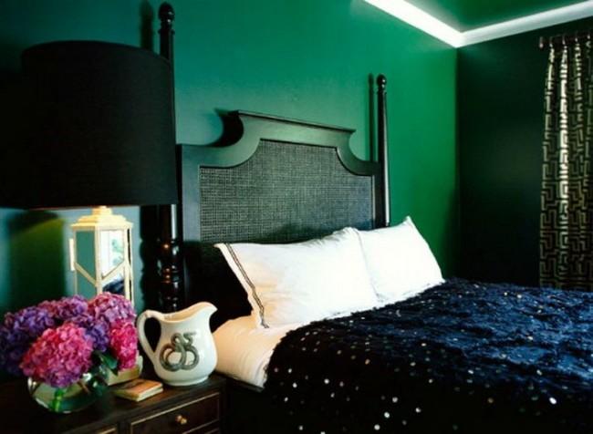Meubles noirs dans une chambre verte