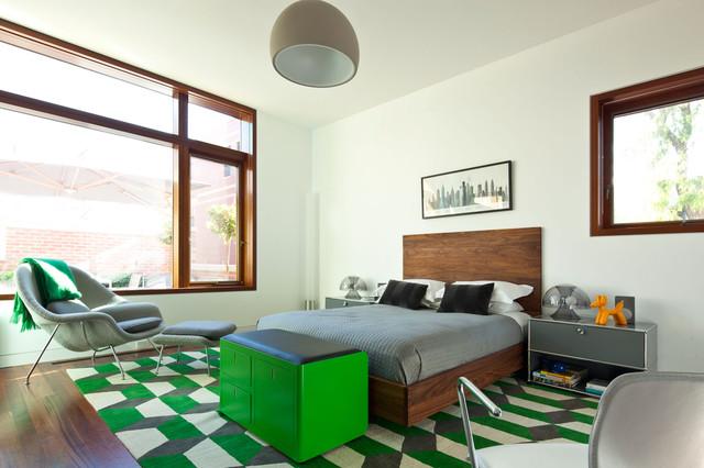 Accents vert vif et un lit en bois dans une chambre blanche