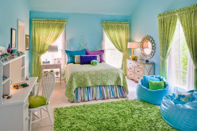 Chambre d'enfant en bleu clair avec rideaux verts, tapis et couvre-lit