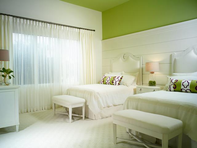 Le vert pastel associé à une couleur laiteuse convient à la chambre à coucher