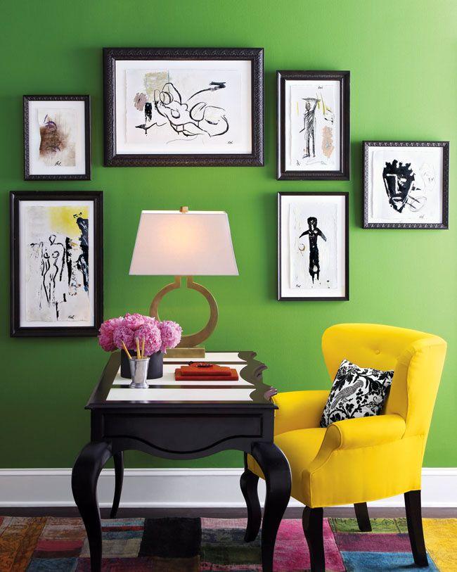 Fauteuil jaune à l'intérieur vert