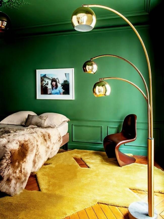La chambre verte, ainsi que la moquette jaune, sont lumineuses et contrastées.