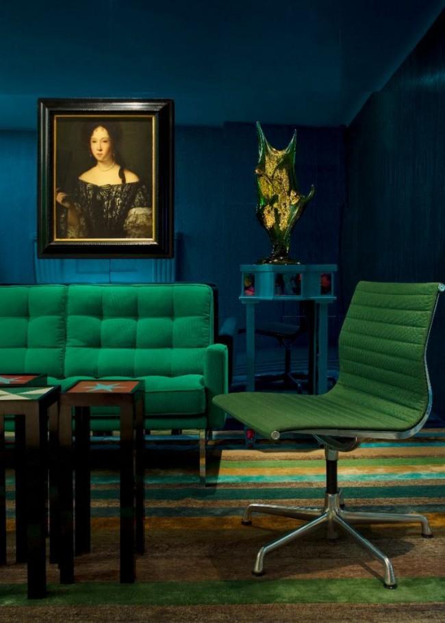 Meubles verts contre murs bleu foncé