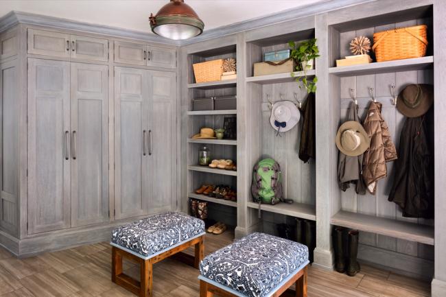 Hall d'entrée très confortable de style rustique avec armoires en bois massif naturel