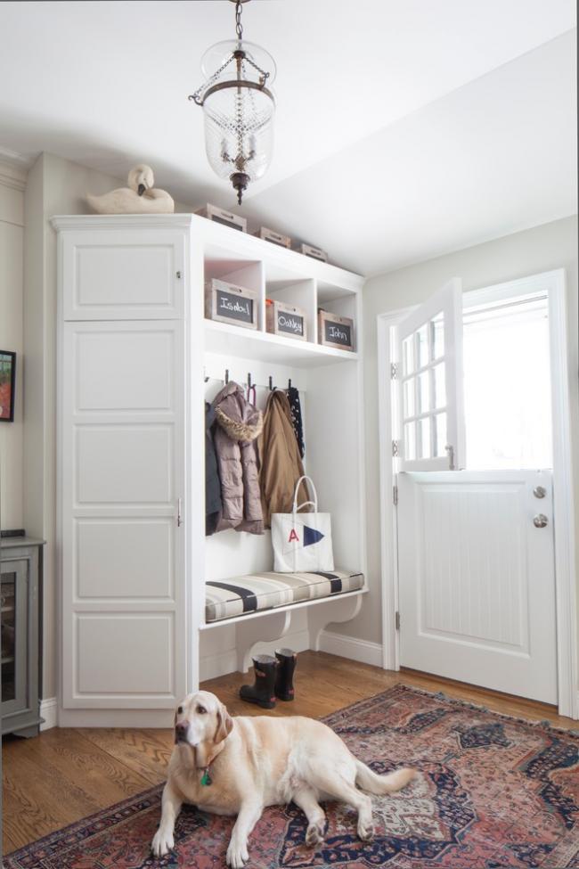 Une armoire d'angle très élégante en bois massif naturel dans un petit couloir accueillera vos affaires et toutes les petites choses dont vous avez besoin dans le ménage
